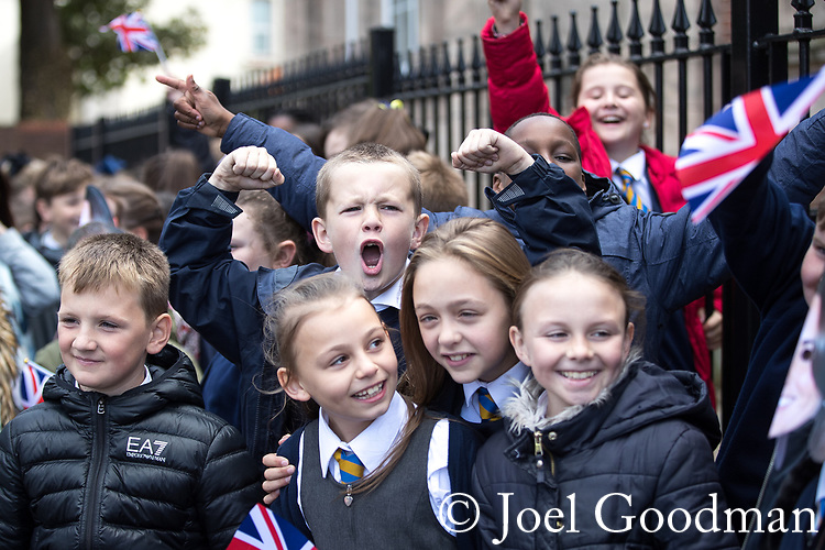 © Joel Goodman - 07973 332324 - all rights reserved . NO ONWARD SALE OR SYNDICATION PERMITTED - ONLY FOR USE IN REPORTING THE LIVE STORY TO WHICH THE PHOTOGRAPH IS RELATED . 14/09/2017 . Liverpool , UK . Children from Northcote Primary School gather to welcome the Duke of Cambridge , Prince William , at a visit to Life Rooms in Walton . Life Rooms provides community support to help people recover from mental health issues . Photo credit : Joel Goodman