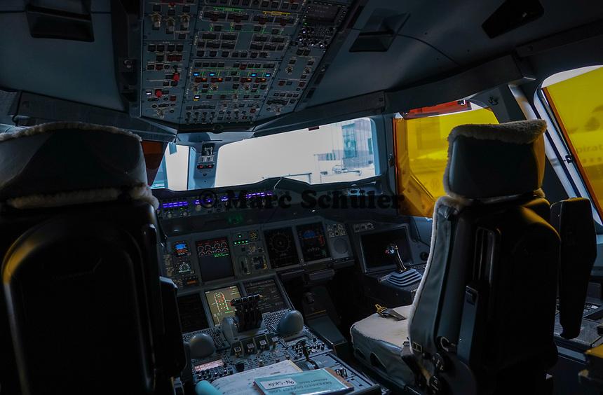 Cockpit des A380 von Singapore Airlines auf dem Frankfurter Flughafen - Frankfurt 23.10.2019: Schüler machen Zeitung bei Singapore Airlines