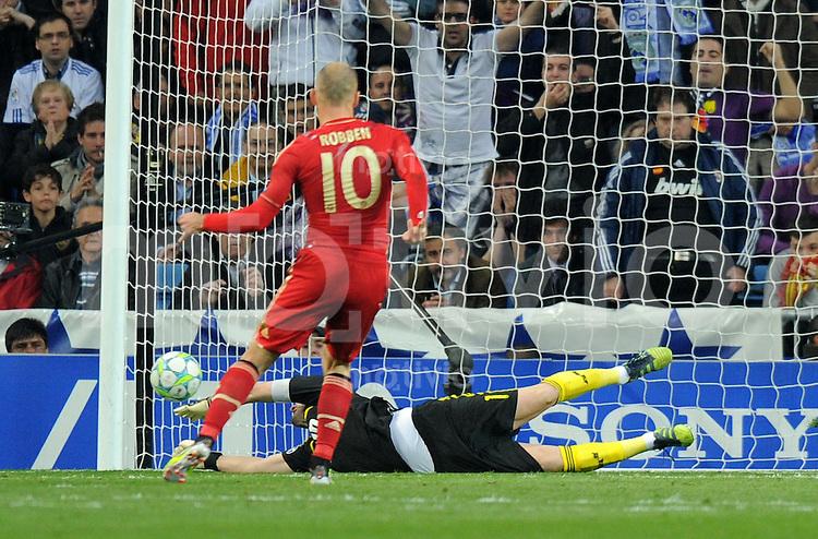 FUSSBALL   CHAMPIONS LEAGUE SAISON 2011/2012  HALBFINALE  RUECKSPIEL      Real Madrid - FC Bayern Muenchen           25.04.2012 Elfmeter zum 2:1 von Arjen Robben (li,FC Bayern Muenchen) gegen Iker Casillas (Real Madrid)