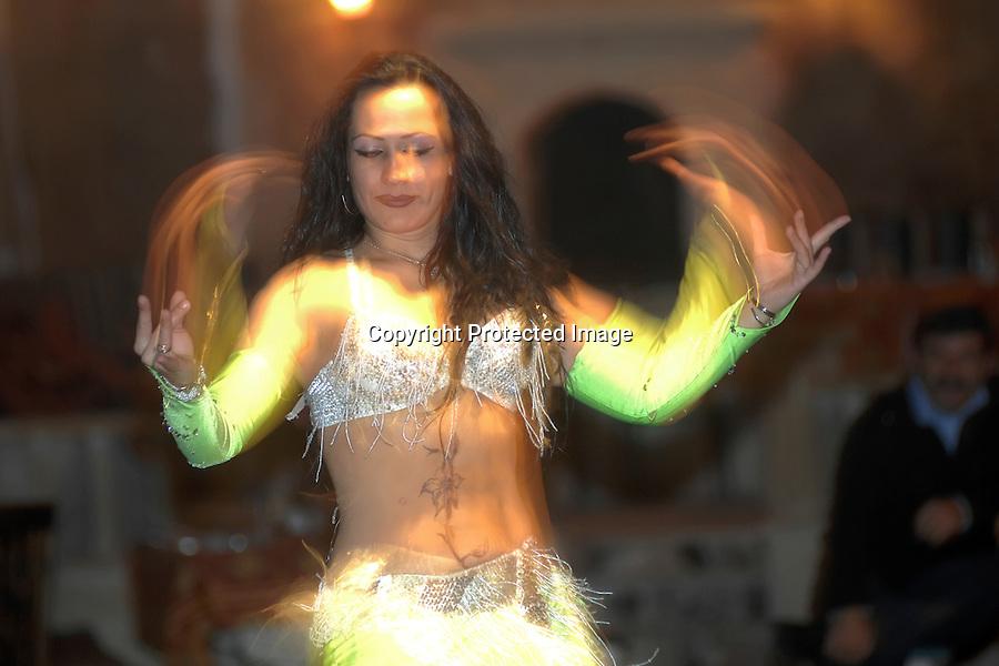 TURQUIA-CAPADOCIA.Valle de Pasabagi o Çavusin con sus famosas CHIMENEAS DE LAS HADAS  en la capadocia .una bailarina bailando la danza del vientre en un espectaculo folklorico.. foto JOAQUIN GOMEZ SASTRE©