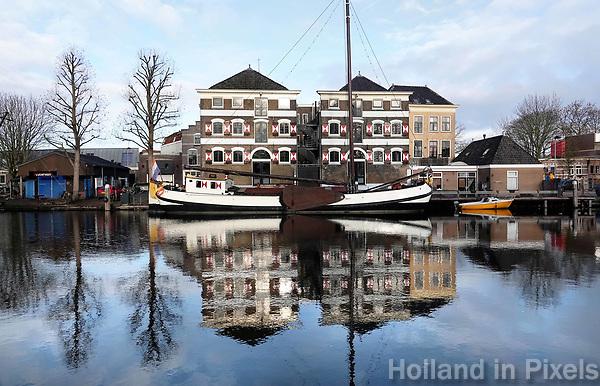 Nederland - Gouda - December 2018.   Schepen in de Museumhaven. Kaaspakhuis J. de Zwet en Zonen.  Foto Berlinda van Dam