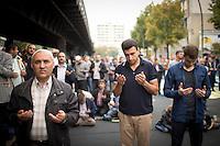 Muslime beten am Freitag (19.09.14) in Berlin im Stadteil Kreuzberg im Rahmen einer Aktion der islamischen Verbände gegen Rassismus und Extremismus.
