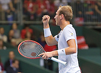 Switserland, Genève, September 18, 2015, Tennis,   Davis Cup, Switserland-Netherlands, Thiemo de Bakker (NED) takes the first set from Wawrinka and jubilates<br /> Photo: Tennisimages/Henk Koster