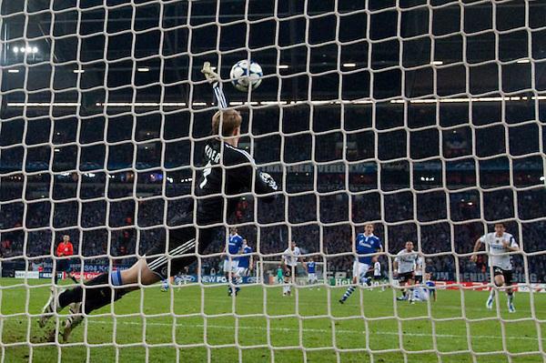 DUS210. GELSENKIRCHEN (ALEMANIA), 13/04/2011.- El guardameta del Schalke 04 Manuel Neuer rechaza un disparo del Inter de Milán hoy, miércoles 13 de abril de 2011, durante el partido de vuelta de los cuartos de final de la Liga de Campeones de la UEFA en el Veltins-Arena de Gelsenkirchen (Alemania). El Schalke 04 ganó 2-1 y clasificó a la semifinal del torneo. EFE/BERND THISSEN....