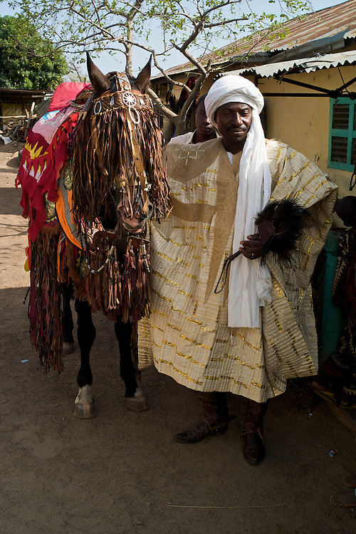 Before the Gaani: Moussa Atta and his horse Danda. Bothe are dressed up.<br />  <br /> Avant la Gaani: Moussa Atta et son cheval Danda. Les deux en tenue d'apparat.