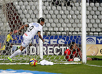 MANIZALES -COLOMBIA, 25-09-2014. Sergio Romero (Izq) de Once Caldas anota un gol al  Boyacá Chicó FC durante partido por la fecha 11 de la Liga Postobón II 2014 jugado en el estadio Palogrande de la ciudad de Manizales./  Sergio Romero (L) player of Once Caldas scored  a goal to Boyaca Chico FC during match for the 11th date of the Postobon  League II 2014 at Palogrande stadium in Manizales city. Photo: VizzorImage/Santiago Osorio/STR