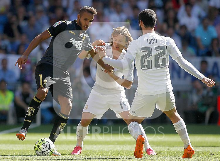 Real Madrid's Luka Modric (c) and Isco (r) and Granada's Youssef El Arabi during La Liga match. September 19,2015. (ALTERPHOTOS/Acero)