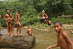Enfants du village de Ban houayka (ethnie kamu) a  3h de marche de Pakbeng . Laos .