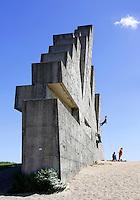 In recreatiegebied Spaarnwoude (tussen IJmuiden, Haarlem en Amsterdam) bevindt zich een kunstobject dat ontworpen is door de Leidse beeldhouwer Frans de Wit in nauwe samenwerking met klimmer Ad van der Horst. Het object is een klimmuur en heeft als doel kunst en recreatie te integreren. De klimmuur bestaat uit 178 betonblokken van 1,2m bij 1,2m. Deze blokken zijn afgietsels van rotsen in de buurt van Namen, bij Marche-les-Dames in België.