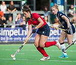 AMSTELVEEN  - Maxime Kerstholt (Lar) op weg naar 1-3, , hoofdklasse hockeywedstrijd dames Pinole-Laren (1-3). rechts Frederique Malefason (Pin) COPYRIGHT  KOEN SUYK