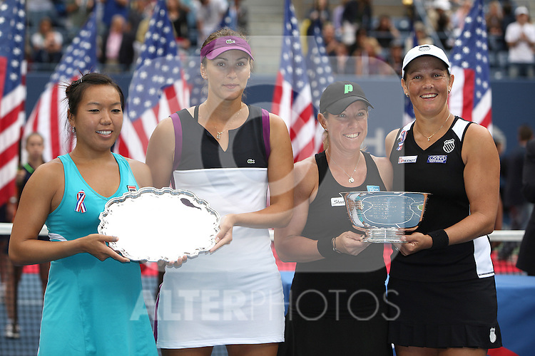 11.09.2011, Flushing Meadows, New York, USA, WTA Tour, US Open, Finale im Doppel der Damen, im Bild v.r. n. l. LIEZEL HUBER (USA), LISA RAYMOND (USA), VANIA KING  (USA), YAROSLAVA SHVEDOVA (KAZ) HOLDING TROPHIES. // during WTA Tour US Open tennis tournament at Flushing Meadows, women dubles final, New York, USA on 11/09/2011. EXPA Pictures © 2011, PhotoCredit: EXPA/ Newspix/ Marek Janikowski +++++ ATTENTION - FOR AUSTRIA/(AUT), SLOVENIA/(SLO), SERBIA/(SRB), CROATIA/(CRO), SWISS/(SUI) and SWEDEN/(SWE) CLIENT ONLY +++++