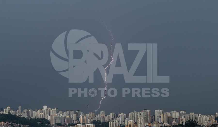 SAO PAULO, SP - 08.01.2019 - CLIMA-SP - Raios s&atilde;o registrados na regi&atilde;o da Vila Andrade, zona sul da cidade de S&atilde;o Paulo na tarde desta ter&ccedil;a-feira (08).<br /> <br /> (Foto: Fabricio Bomjardim / Brazil Photo Press)