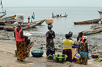 SIERRA LEONE fishing harbour Tombo, food security and the livelyhood of small fishermen are affected by international big trawler fleet / SIERRA LEONE Fischerhafen Tombo, die Ernaehrungssicherung der Kuestenbewohner und die Existenz von Kuestenfischern ist durch Ueberfischung grosser Trawler Flotten bedroht