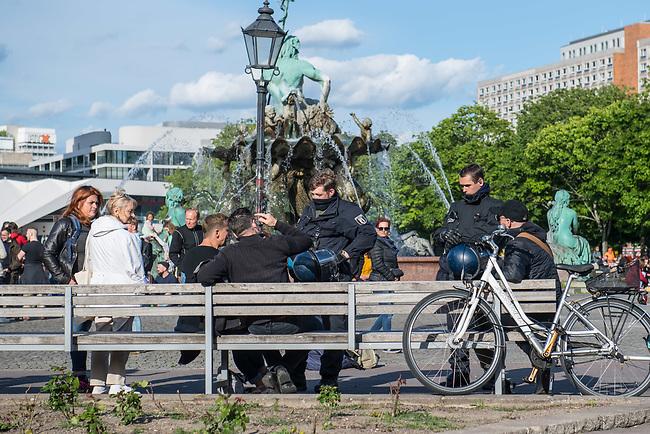 """Am Samstag den 16. Mai 2020 demonstrierten in Berlin an mehreren Orten mehrere hundert Menschen mit sog. """"Hygiene-Demonstrationen"""" gegen die Einschraenkungen zur Eindaemmung der Covid-19-Pandemie. An diesen """"Hygiene-Demonstrationen"""" nahmen vor allem Verschwoerungsanhaenger aber auch Hooligans, Neonazis und andere Rechte teil.<br /> Im Bild: Polizeibeamte sprechen Menschen an, die sich am Rande einer Demonstration auf Baenke gesetzt haben und dabei den vorgeschriebenen Mindestabstand nicht einhalten.<br /> 16.5.2020, Berlin<br /> Copyright: Christian-Ditsch.de<br /> [NUR FUER REDAKTIONELLE ZWECKE! Werbung nur auf Anfrage beim Fotografen. Inhaltsveraendernde Manipulation des Fotos nur nach ausdruecklicher Genehmigung des Fotografen. Vereinbarungen ueber Abtretung von Persoenlichkeitsrechten/Model Release der abgebildeten Person/Personen liegen nicht vor. NO MODEL RELEASE! Don't publish without copyright Christian-Ditsch.de, Veroeffentlichung nur mit Fotografennennung, sowie gegen Honorar, MwSt. und Beleg. Konto: I N G - D i B a, IBAN DE58500105175400192269, BIC INGDDEFFXXX, Kontakt: post@christian-ditsch.de<br /> Bei der Bearbeitung der Dateiinformationen darf die Urheberkennzeichnung in den EXIF- und  IPTC-Daten nicht entfernt werden, diese sind in digitalen Medien nach §95c UrhG rechtlich geschuetzt. Der Urhebervermerk wird gemaess §13 UrhG verlangt.]"""
