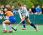 BLOEMENDAAL - Alma Fenne (Pin) met Sterre Bregman (Bldaal)   , Libera hoofdklasse hockey Bloemendaal-Pinoke (0-0). COPYRIGHT KOEN SUYK