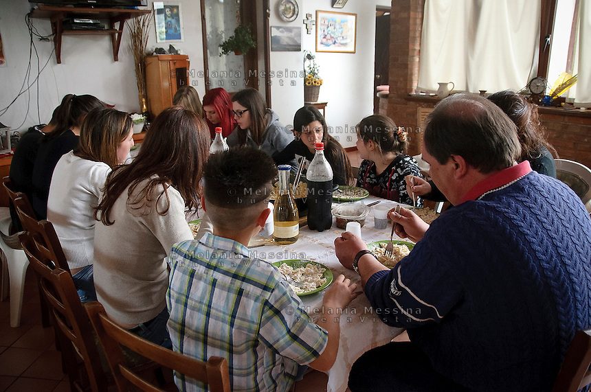 la famiglia Pistone composta da numerosi figli a tavola.<br />