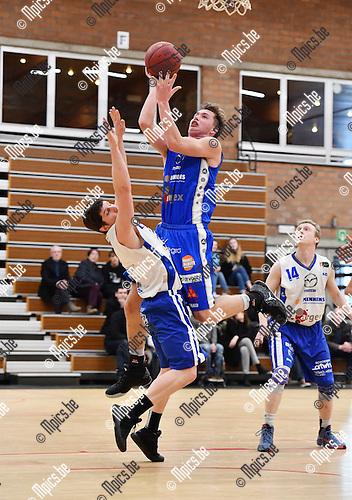 2017-02-12 / Basketbal / Seizoen 2016-2017 / Kangoeroes - Zottegem / Bogaerts (Kangoeroes) probeert te scoren tegen Eeckhout<br /> <br /> ,Foto: Mpics.be