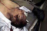 ***ATENCIÓN EDITORES AL CONTENIDO GRÁFICO*** GAD01 MISRATA (LIBIA), 20/10/2011.- El cadáver del líder libio Muamar el Gadafi es trasladado en una ambulancia a un hospital en Misrata, Libia, hoy, jueves 20 de octubre de 2011. EFE/Guillem Valle