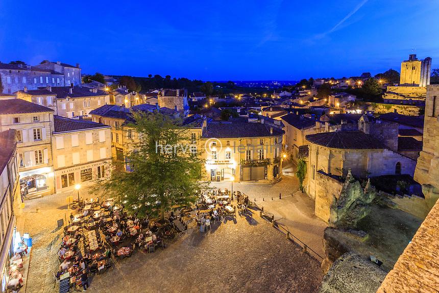 France, Gironde (33), Saint-Émilion, classé Patrimoine Mondial de l'UNESCO, la place principale le soir // France, Gironde, Saint Emilion, listed as World Heritage by UNESCO, the main square at night