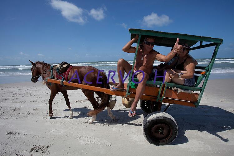"""Algodoal é uma das quatro vilas que formam a Ilha de Maiandeua, localizada no município de Maracanã, na região do Salgado, nordeste do Pará. Como Algodoal é a vila mais conhecida do local, e também a maior da ilha, o nome acabou se sobrepondo ao original, """"Maiandeua"""", que do tupi, significa """"mãe da terra"""". Por ser muito próximo de Algodoal, o porto de Marudá, distrito de Marapanim, é utilizado como referência de acesso à ilha.<br /> <br /> Os 19 quilômetros quadrados de praias com grandes extensões de areia, manguezais, trilhas ecológicas, passeios de canoa e a pesca esportiva são alguns dos atrativos que mais impressionam os visitantes de Algodoal. Além disso, as festas noturnas da ilha, sempre ao som de reggae e ritmos regionais, como carimbó e tecnobrega, atraem muitos jovens em busca de diversão, principalmente nos períodos de alta temporada do verão amazônico.<br /> <br />  Área de Proteção Ambiental<br /> Algodoal tornou-se uma Área de Proteção Ambiental (APA) em 1990, através de uma resolução da Secretaria de Estado do Meio Ambiente (Sema). Por isso, veículos de tração motorizada são proibidos de circular na ilha, exceto ambulâncias e viaturas de polícia. Sob essas condições, quem não for adepto de longas caminhadas pode optar por utilizar bicicletas, charretes ou barcos, únicos meios de transporte utilizados pela população local.<br /> <br /> A APA Algodoal/Maiandeua foi a primeira Unidade de Conservação (UC) litorânea do Pará, e está dividida em quatro vilas: Camboinha, Fortalezinha, Mocooca e Algodoal, sendo esta última a mais preparada e bem estruturada para receber os turistas.<br /> <br /> Ilha de Maiandeua, Marapanim, Pará, Brasil.<br /> Foto Paulo Santos<br /> 10/2014"""