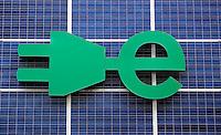 stekker en groene stroom logo  op een muur in Rotterdam