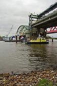 Rijkswaterstaat houdt toezicht bij het wegvaren van de oude IJsselbrug bij Hattem.