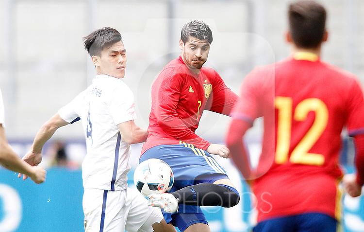 Spain's Alvaro Morata (r) and South Korea's Keehee Kim during friendly match. June 1,2016.(ALTERPHOTOS/Acero)