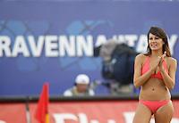 RAVENNA, ITALIA, 08 DE SETEMBRO DE 2011 - COPA DO MUNDO DE BEACH SOCCER - Dançarina apresenta-se no Estádio Del Mare, em Ravenna, Itália, nesta quinta-feira (8), durante o intervalo da partida entre Portugal e Senegal, válida pelas quartas de final da Copa do Mundo de Beach Soccer. (FOTO: WILLIAM VOLCOV - NEWS FREE).