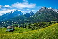Deutschland, Bayern, Berchtesgadener Land, Ramsau bei Berchtesgaden: Gnotschaft (Ortsteil) Schwarzeck, Blick vom Soleleitungsweg (Wanderweg) in die Berchtesgadener Alpen mit Watzmann (links) 2.713 m und Hochkalter 2.607 m   Germany, Upper Bavaria, Berchtesgadener Land; Ramsau bei Berchtesgaden: district Schwarzeck, view from hiking trail 'Soleleitungsweg' towards Berchtesgaden Alps with summits Watzmann 2.713 m (left) and Hochkalter 2.607 m
