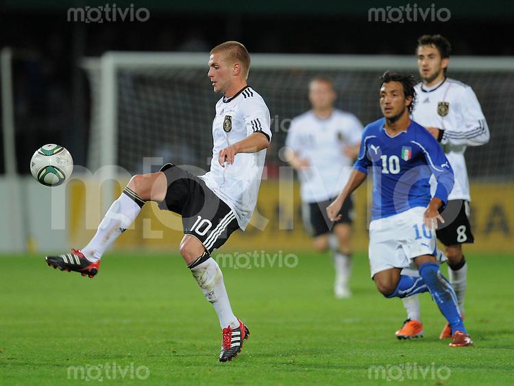 FUSSBALL INTERNATIONAL Laenderspiel U 20   05.10.2011 Deutschland - Italien Florian Trinks (li, Deutschland) am Ball