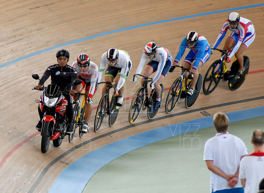 CALI – COLOMBIA – 27-02-2014: Yuta Wakimoto de Japon, Matthew Glaetzer de Australia, Jason Kenny de Gran Bretaña, Adam Ptanick de Republica Checa y Valentin Savitsky de Rusia, durante la prueba del Keirin Hombres en el Velodromo Alcides Nieto Patiño, sede del Campeonato Mundial UCI de Ciclismo Pista 2014. / Yuta Wakimoto of Japan, Matthew Glaetzer of Australia, Jason Kenny de Great Britain, Adam Ptanick of Czech Republic and Valentin Savitsky of Russia, during the test of the Men´s Keirin in Alcides Nieto Patiño Velodrome, home of the 2014 UCI Track Cycling World Championships. Photos: VizzorImage / Luis Ramirez / Staff.