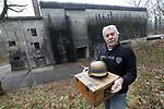 Foto: VidiPhoto<br /> <br /> ARNHEM – Directeur Eef Peeters van het Arnhems Oorlogsmuseum 40-45 is er klaar voor. Dolgraag verhuist hij zijn particuliere museum naar de Diogenesbunker (foto) in de bossen bij Arnhem. Het voormalige commandocentrum van de Duitse luchtverdediging tijdens de Tweede Wereldoorlog, komt in de loop van dit jaar te koop bij eigenaar Rijksvastgoedbedrijf. Provincie Gelderland wil dat het Rijksmonument een museale functie krijgt, gerelateerd aan de geschiedenis van de bunker. Volgens Peeters past zijn collectie naadloos in de plannen van de provincie. Vrijdag biedt hij aan alle betrokken overheden zijn bedrijfsplan aan. De Diogenesbunker moet daarmee het grootste oorlogsmuseum van Europa worden.