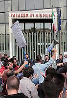 Emessa la sentenza nel processo per la morte di Davide Bifolco ragazzo ucciso da un carabiniere durante un controllo Parenti e Amici manifestano il loro disappunto all'esterno del palazzo di Giustizia di Napoli<br /> nella foto