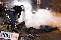 SÃO PAULO, SP - 11.06.2013: MANIFESTAÇÃO AUMENTO DA TARIFA - Manifestantes entram em confornto com a Policia na Av Paulista região central de São Paulo. Uma cabine da Policia foi incendiada pelos manifestantes.  (Foto: Marcelo Brammer/Brazil Photo Press)