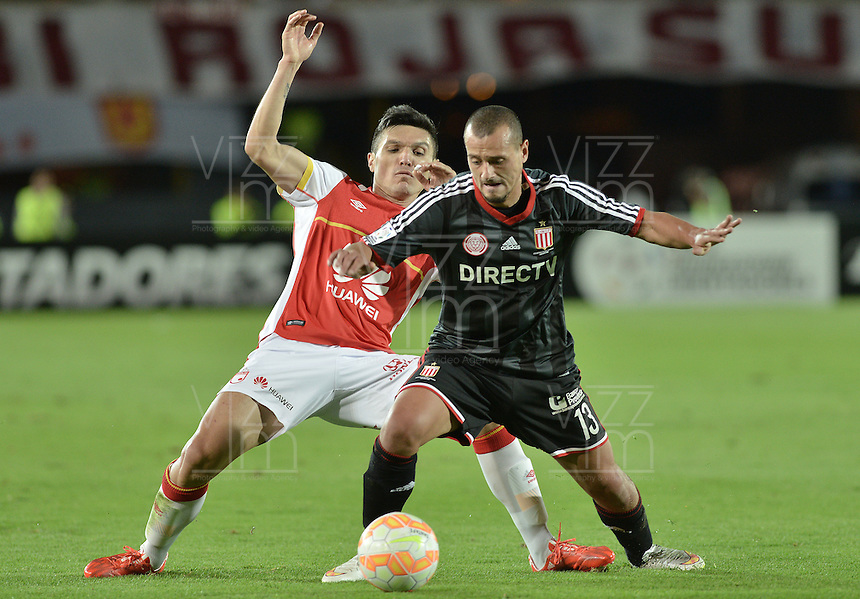 BOGOTÁ-COLOMBIA-12-05-2015. Daniel Torres (Izq.) jugador del Independiente Santa Fe disputa el balon con Matias Aguirregaray (Der.) jugador de Estudiantes de La Plata durante partido de vuelta entre Independiente Santa Fe de Colombia y Estudiantes de La Plata de Argentina por octavos de final, llave F, de la Copa Bridgestone Libertadores 2015 jugado en el estadio Nemesio Camacho El Campin de la ciudad de Bogota. / Daniel Torres (L) player of Independiente Santa Fe of Colombia, figths for the ball with Matias Aguirregaray (R) player of Estudiantes de La Plata during a second leg match between Independiente Santa Fe of Colombia and Estudiantes de La Plata de Argentina for the round of sixteen, Key F, of the Copa Bridgestone Libertadores 2015 played at Nemesio Camacho El Campin stadium in Bogota city.  Photo: VizzorImage/ Gabriel Aponte /Staff