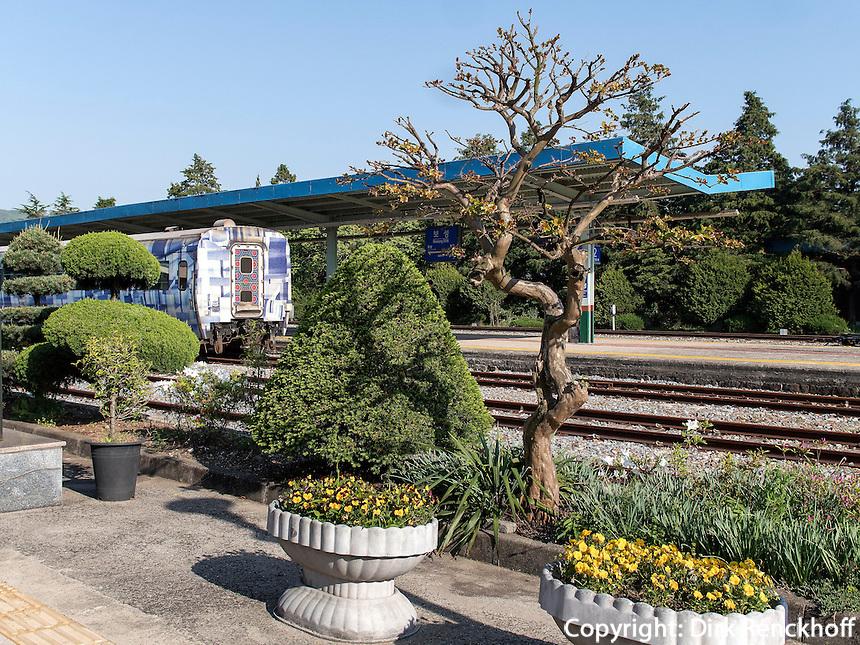 Gartengestaltung am Bahnhof von Boseong, Provinz Jeollanam-do, S&uuml;dkorea, Asien<br /> Garden at station of  Boseong,, province Jeollanam-do, South Korea, Asia