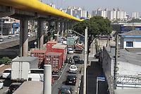 SAO PAULO, SP, 12.09.2014 - VAZAMENTO DE PRODUTOS QUIMICOS - / IPIRANGA Vazamento de Produto Quimico (Ácido Sulfurico) de um caminhao,na tarde desta sexta-feira (12), o acidente ocorreu na Av Juntas Provisória com a Almirante Lobo no bairro do Ipiranga regiao sul de São Paulo.(Foto Carlos Pessuto /Brazil Photo Press)