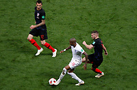 MOSCU - RUSIA, 11-07-2018: Ante REBIC (Der) jugador de Croacia disputa el balón con Ashley YOUNG (Izq) jugador de Inglaterra durante partido de Semifinales por la Copa Mundial de la FIFA Rusia 2018 jugado en el estadio Luzhnikí en Moscú, Rusia. / Ante REBIC (R) player of Croatia fights the ball with Ashley YOUNG (L) player of England during match of Semi-finals for the FIFA World Cup Russia 2018 played at Luzhniki Stadium in Moscow, Russia. Photo: VizzorImage / Julian Medina / Cont