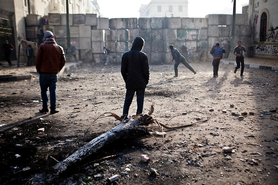 ©VIRGINIE NGUYEN HOANG/.Egypt,Cairo.26/01/2013..In the next morning, a few young people were continuing to throw rocks to the police...Au lendemain des affrontements, seulement une dizaine de jeunes continuaient a lance des pierres sur la police.