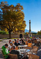 Italien, Suedtirol (Trentino-Alto Adige), Eisacktal, Brixen: Hofburgplatz mit Jahrtausendsaeule und Café | Italy, South Tyrol (Trentino-Alto Adige), Bressanone: Hofburg square with Colonna Millenaria and Café