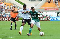 SÃO PAULO, SP, 17 DE FEVEREIRO DE 2013 - CAMPEONATO PAULISTA - CORINTHIANS x PALMEIRAS: Wesley (d) e Paulinho (d) durante partida Corinthians x Palmeiras, válida pela 8ª rodada do Campeonato Paulista de 2013, disputada no estádio do Pacaembu em São Paulo. FOTO: LEVI BIANCO - BRAZIL PHOTO PRESS.