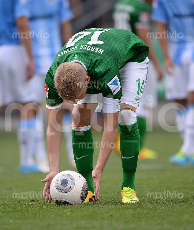 FUSSBALL  1. Bundesliga   2013/2014   Testspiel in Zell am Ziller SV Werder Bremen - 1860 Muenchen      10.07.2013 Aaron Hunt (SV Werder Bremen) legt den Ball zum Elfmeter zurecht.