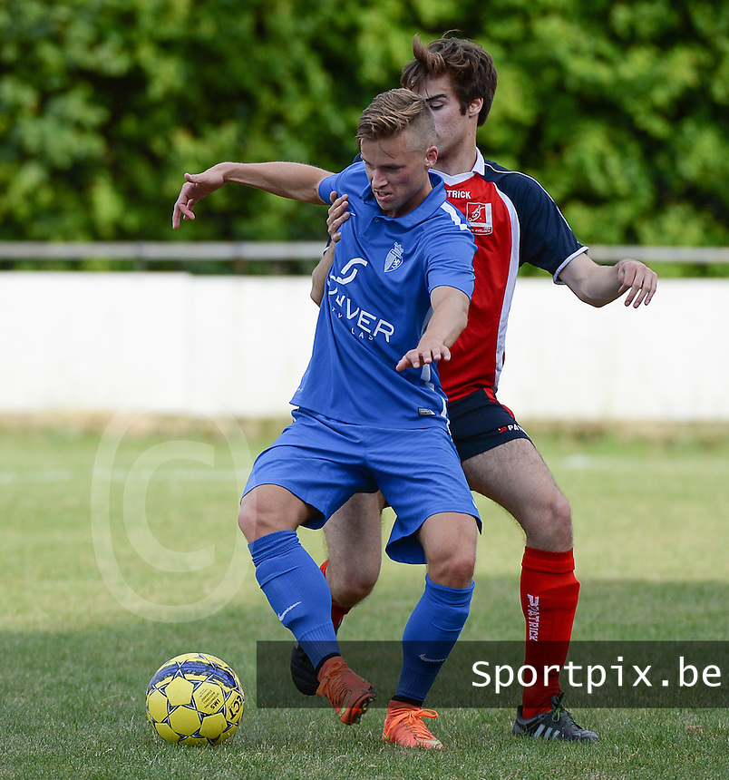 KSV Rumbeke - KVK Avelgem : Birger Dutoit (links) aan de bal voor de verdedigende Brian Bartholomeus (r) <br /> Foto VDB / Bart Vandenbroucke