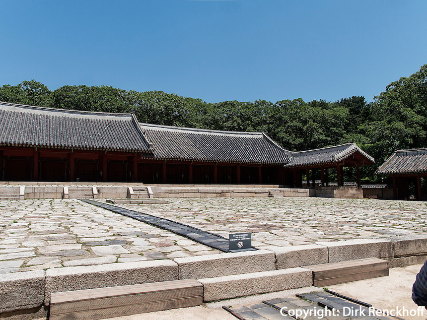 Haupthalle Jeongjeon, konfuzianischer Jongmyo Schrein, Seoul , S&uuml;dkorea, Asien, UNESCO-Weltkulturerbe<br /> Main hall Jeongjeon in confucian Jongmyo shrine,  Seoul, South Korea, Asia, UNESCO world-heritage