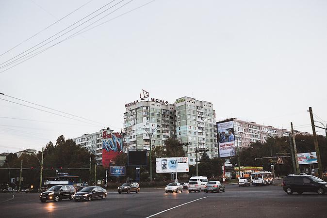 Überall in Chișinău hängen Plakate des Präsidentschaftskandidaten Igor Dodon, der gekonnt mit der Sowjetnostalgie der älteren Generation spielt und eine Annäherung an Russland propagiert. / Vor der Präsidentenwahl in der Republik Moldau