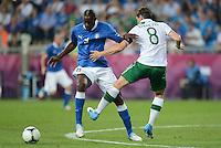 FUSSBALL  EUROPAMEISTERSCHAFT 2012   VORRUNDE Italien - Irland                       18.06.2012 Mario Balotelli (li, Italien) gegen Keith Andrews (re, Irland)