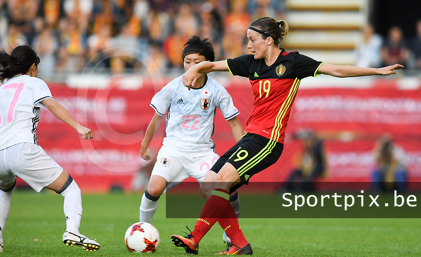 20170613 - LEUVEN ,  BELGIUM : Belgian Imke Courtois (19) pictured in action with Japanese Ami Sugita (22) during the friendly female soccer game between the Belgian Red Flames and JAPAN , a friendly game in the preparation for the European Championship in The Netherlands 2017  , Tuesday 13 th June 2017 at Stadion Den Dreef  in Leuven , Belgium. PHOTO SPORTPIX.BE | DAVID CATRY