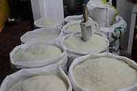 Vista de algunos sacos de arroz que son exhibidos para su venta, hoy, jueves 27 de enero de 2010, en el mercado de la feria ganera en Santo Domingo, República Dominicana..Foto : © Roberto Guzman