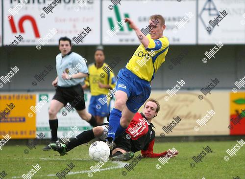 2008-12-21 / Voetbal / K Wuustwezel FC - KSK 's Gravenwezel / Tackle van Stijn De Blieck van 's Gravenwezel op Erwin Van Dooren van Wuustwezel..Foto: Maarten Straetemans (SMB)