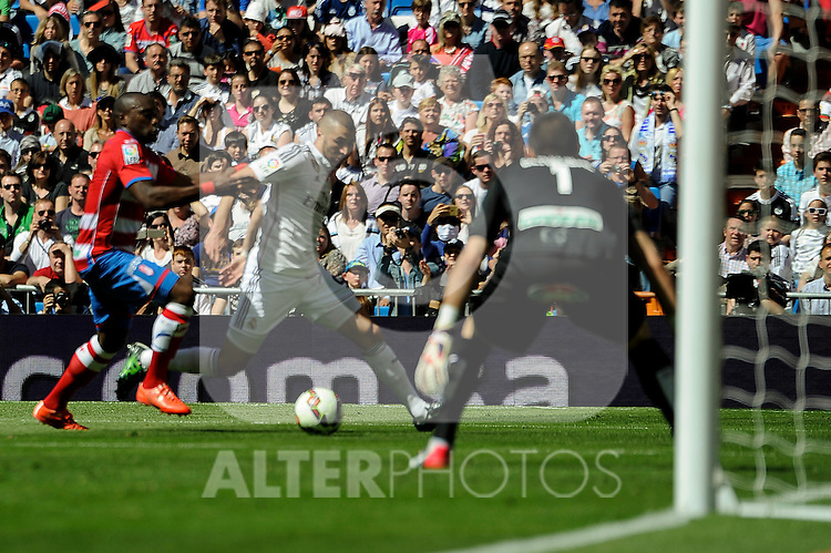 Real Madrid´s Karim Benzema and Granada´s goalkeeper Oier Olazabal during 2014-15 La Liga match between Real Madrid and Granada at Santiago Bernabeu stadium in Madrid, Spain. April 05, 2015. (ALTERPHOTOS/Luis Fernandez)